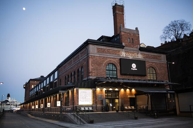 Fotografiska i Stockholm är beläget i Stora Tullhuset på Stadsgårdskajen som ritades av Ferdinand Boberg 1906-1910