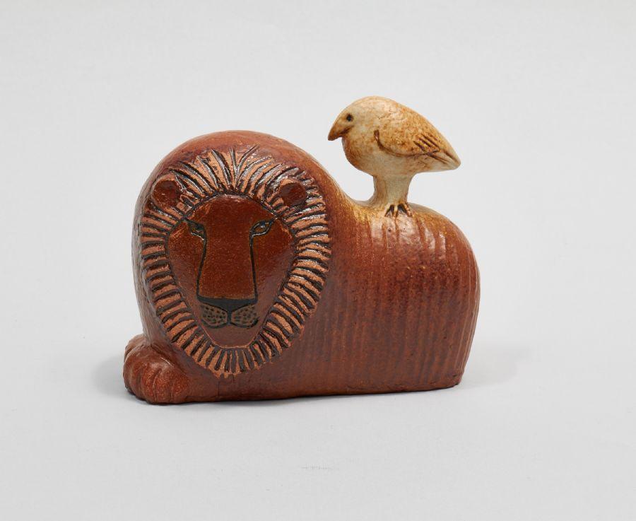 Skulptur. Lisa Larson (f. 1931), lejon med fågel, K-studion, Gustavsberg, höjd: 13, längd: 15. utropspris: 800 SEK. Metropol.