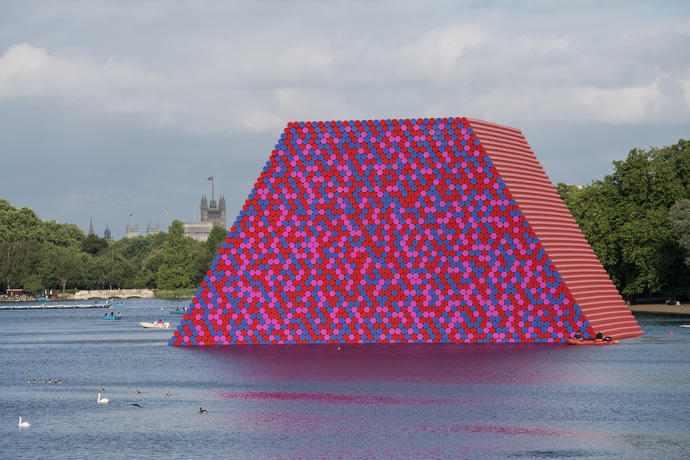 Christo et Jeanne-Claude, « The London Mastaba », Serpentine Lake, Hyde Park, 2016-18. Image par Wolfgang Volz, ©2018Christo