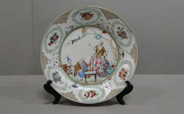 Fat med polykrom dekor av fisksäljande köpmän, Kina sannolikt Ching 1800/1900-tal, D25,5cm, obetydlig fotringsnagg. Utrop: 1 000 SEK.