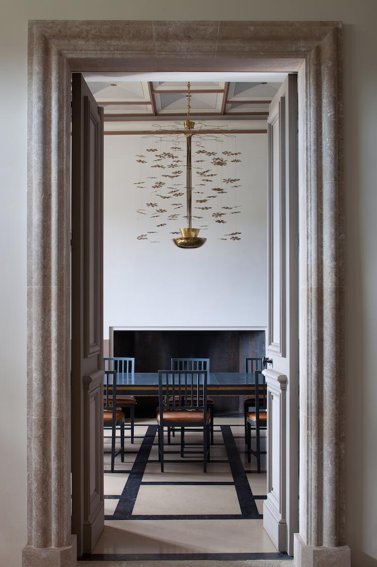 Armatur av Paavo Tynell över matsalsbordet av på Chateau Fabrègues