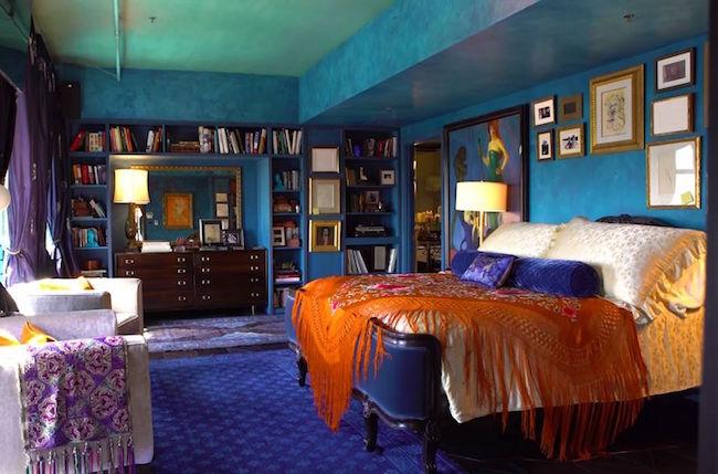 Turkost, blått, lila, grönt och orange - i ett av sovrummen samsas alla regnbågens färger.