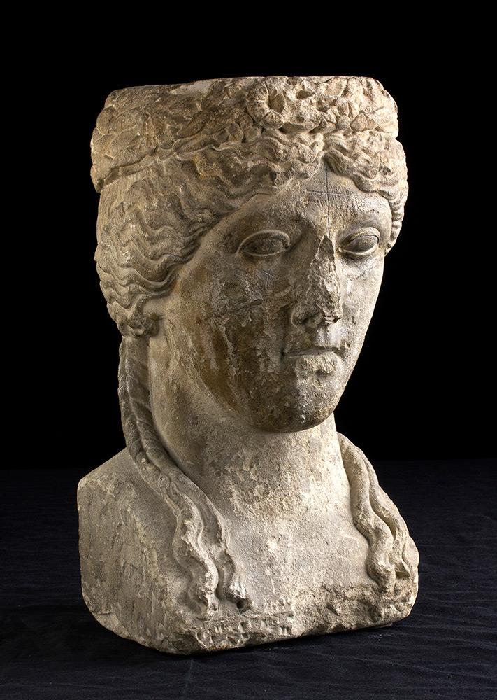 Weibliche Büste mit Diadem, Kalkstein, H: 32 cm, 13. Jh. Schätzpreis: 18.000-20.000 EUR