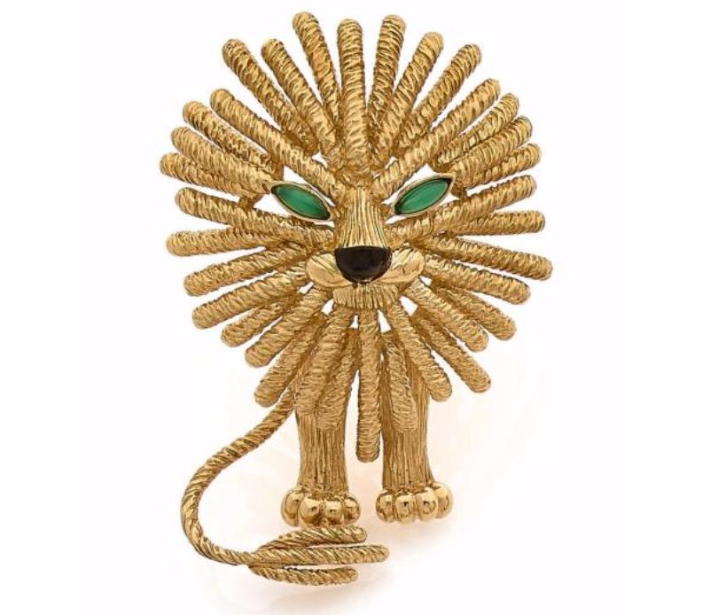 """Van Cleef & Arpels, grand clip """"lion"""" en or jaune rehaussé d'onyx et de cabochons d'émeraude"""