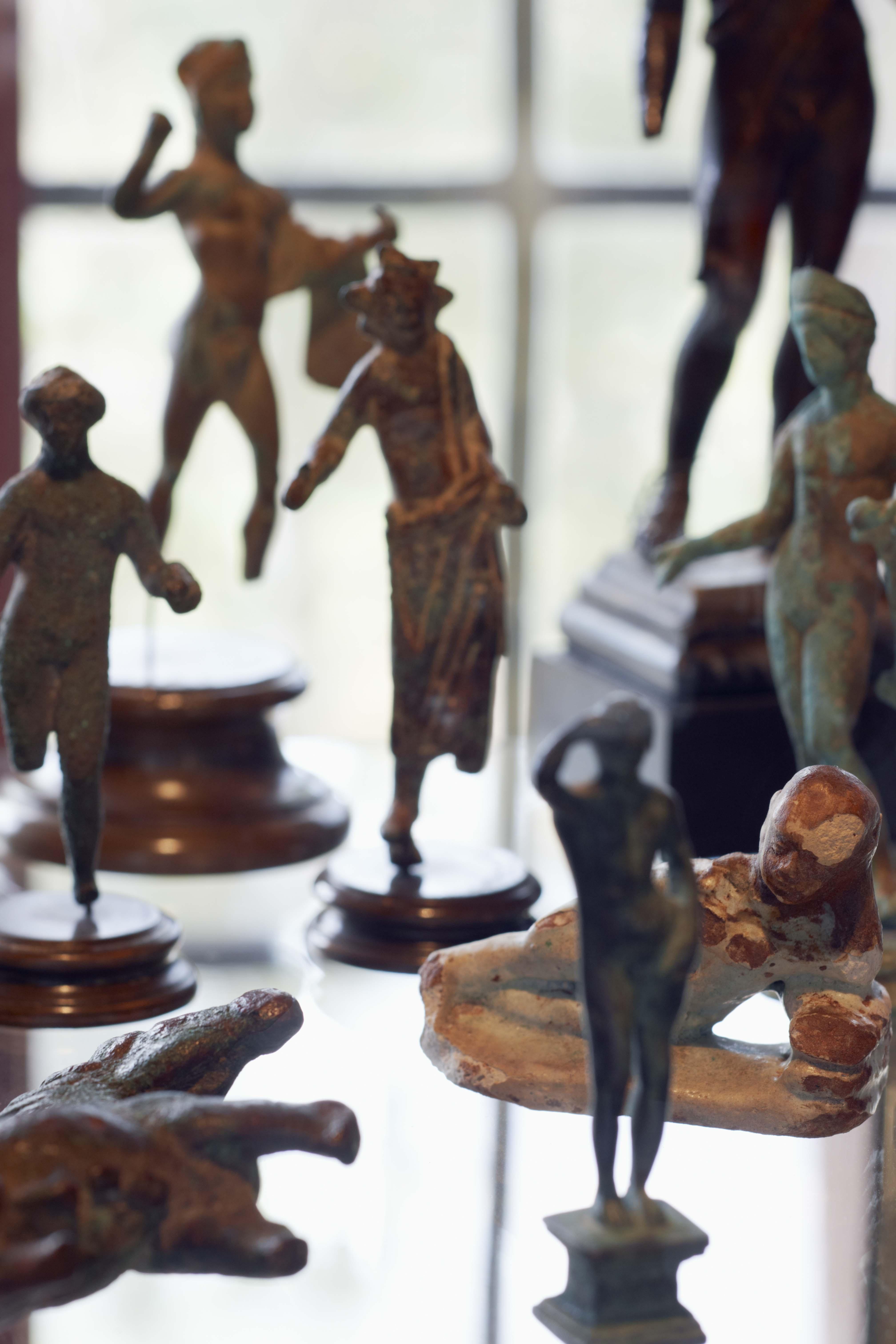 En detaljbild av en bordsmonter med mindre föremål ur Zorns antiksamling med grekiska och etruskiska skulpturer. Foto Åke E:son Lindman
