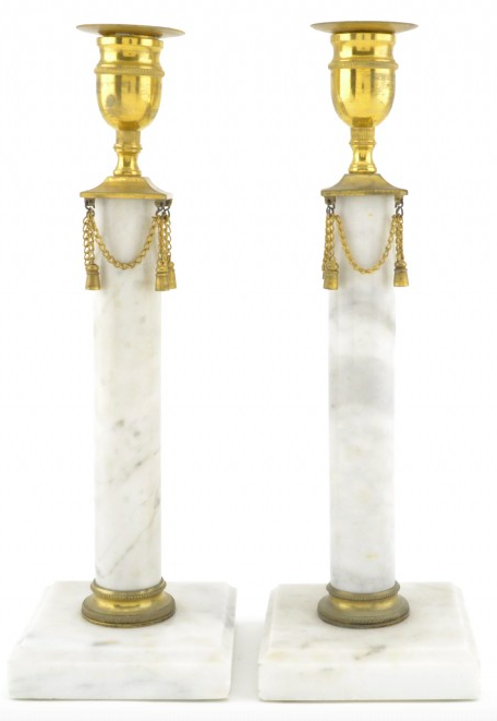 Paret kolonnformade ljusstakar i gustaviansk stil ropas ut för 1 000 kronor och är en perfekt julklapp till den som har allt...men ändå inte