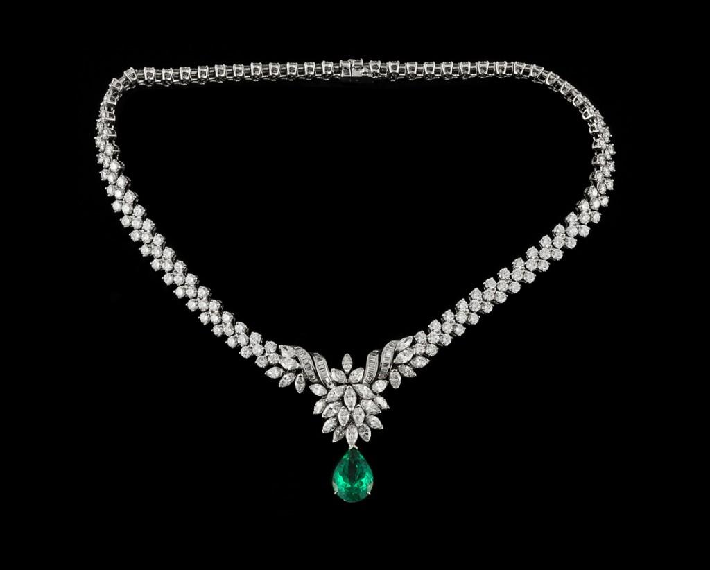 Collier en or gris 750 serti de diamants taille brillant, marquise, et baguette