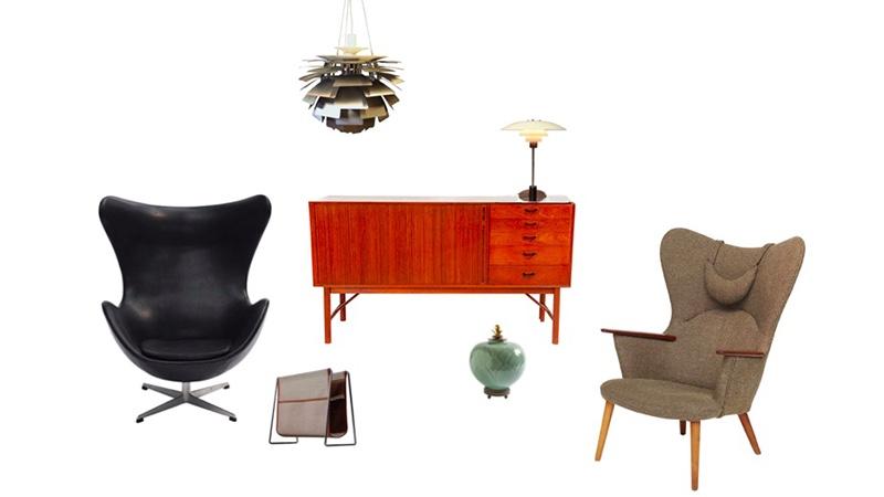 "Links: ARNE JACOBSEN - ""Egg Chair"", 1958/1965 Oben: POUL HENNINGSEN - Deckenlampe ""Artichoke"", 1958 Mitte: PETER HVIDT & ORLA MØLGAARD - Sideboard aus Teak, 1956 Auf den Sideboard: POUL HENNINGSEN - Tischlampe ""PH 4/3 Rechts: HANS J. WEGNER - Sessel ""Mama Bear"", 1954 Vorne links: VERNER PANTON - Zeitschriftenständer, Mitte 1950er Vorne rechts: GERD BØGELUND/ROYAL COPENHAGEN - Vase mit vergoldeter Bronze,"
