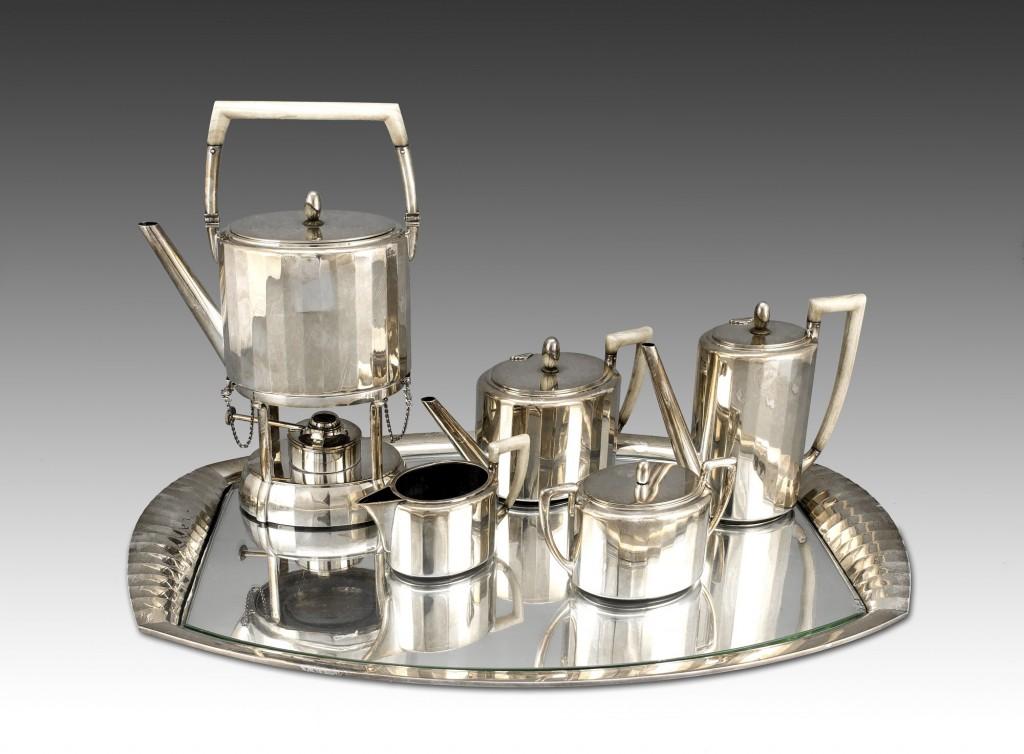 Art Déco Kaffee- und Teeservice auf Tablett, Silber mit Handhaben aus Bein, Silberschmied EMIL HARNISCH (1862-1935 Berlin), 1920/30er Jahre Mindestpreis: 7.800 EUR