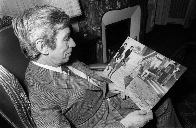 """L'auteur de bande dessinée Georges Remi, dit """"Hergé"""", créateur du personnage de Tintin, lit les dernières aventures de son héros, """"Tintin et le lac aux requins"""", le 07 décembre 1972. Image AFP / STF"""