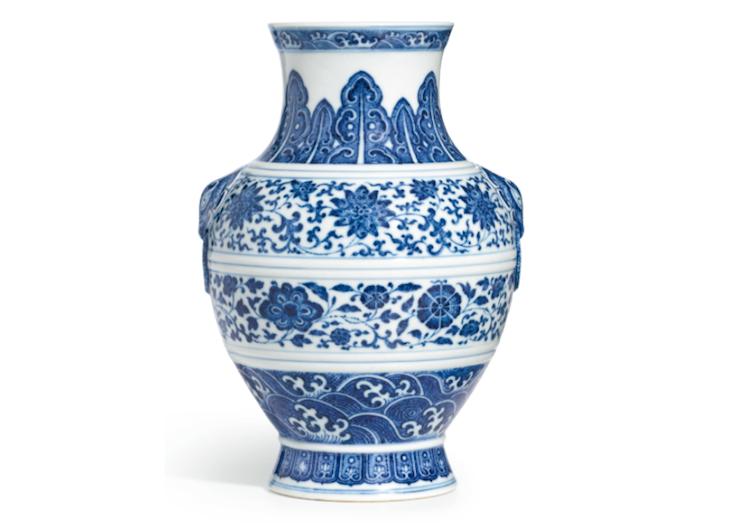 Blå och vit vas med vackert mönster. Utropspris 785 000 SEK, Sotheby's