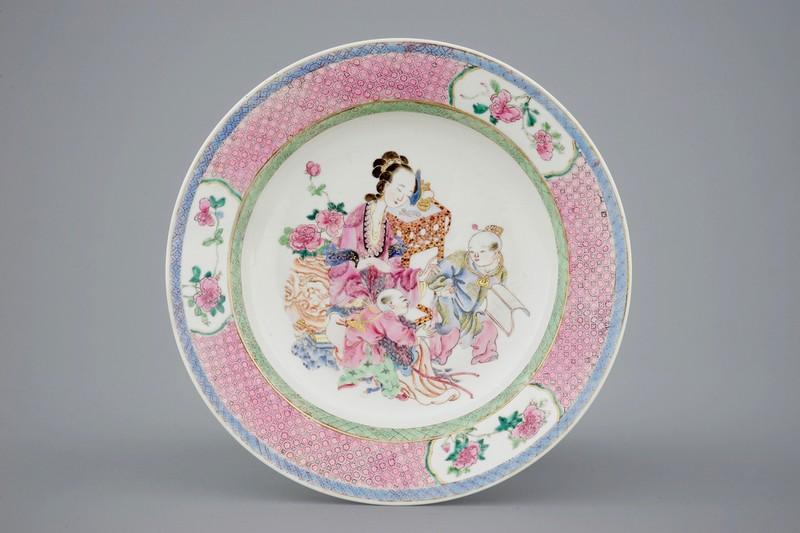 Plato de porcelana Yongzheng con imagen familiar. Estimación: 3.000-6.000 €