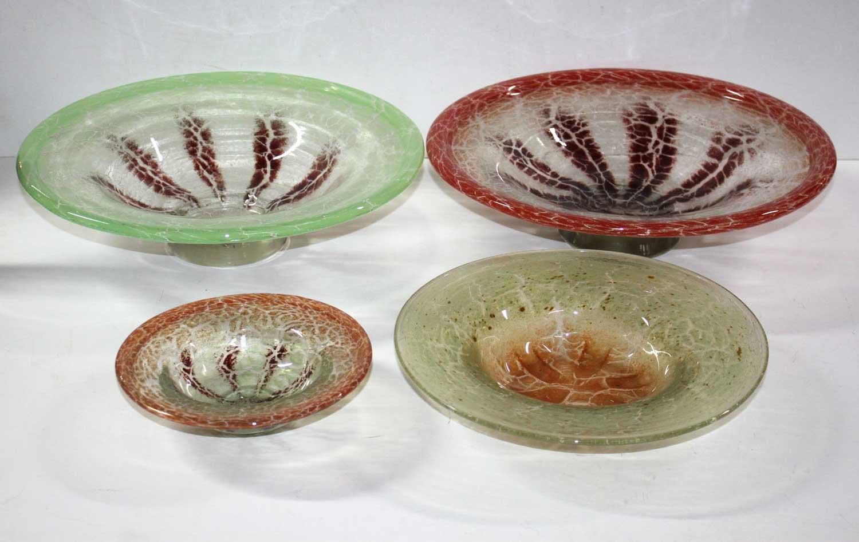 WMF Ikora 4 Glasschalen. Um 1930-1950. Grün-braun, rot-braun mit verdicktem Glasrand u. orangerot-lindgrün mit normalem Rand. Durchm. 36, 36, 27,5 u. 19 cm. Schätzpreis: 120 EUR. bei Kiefer