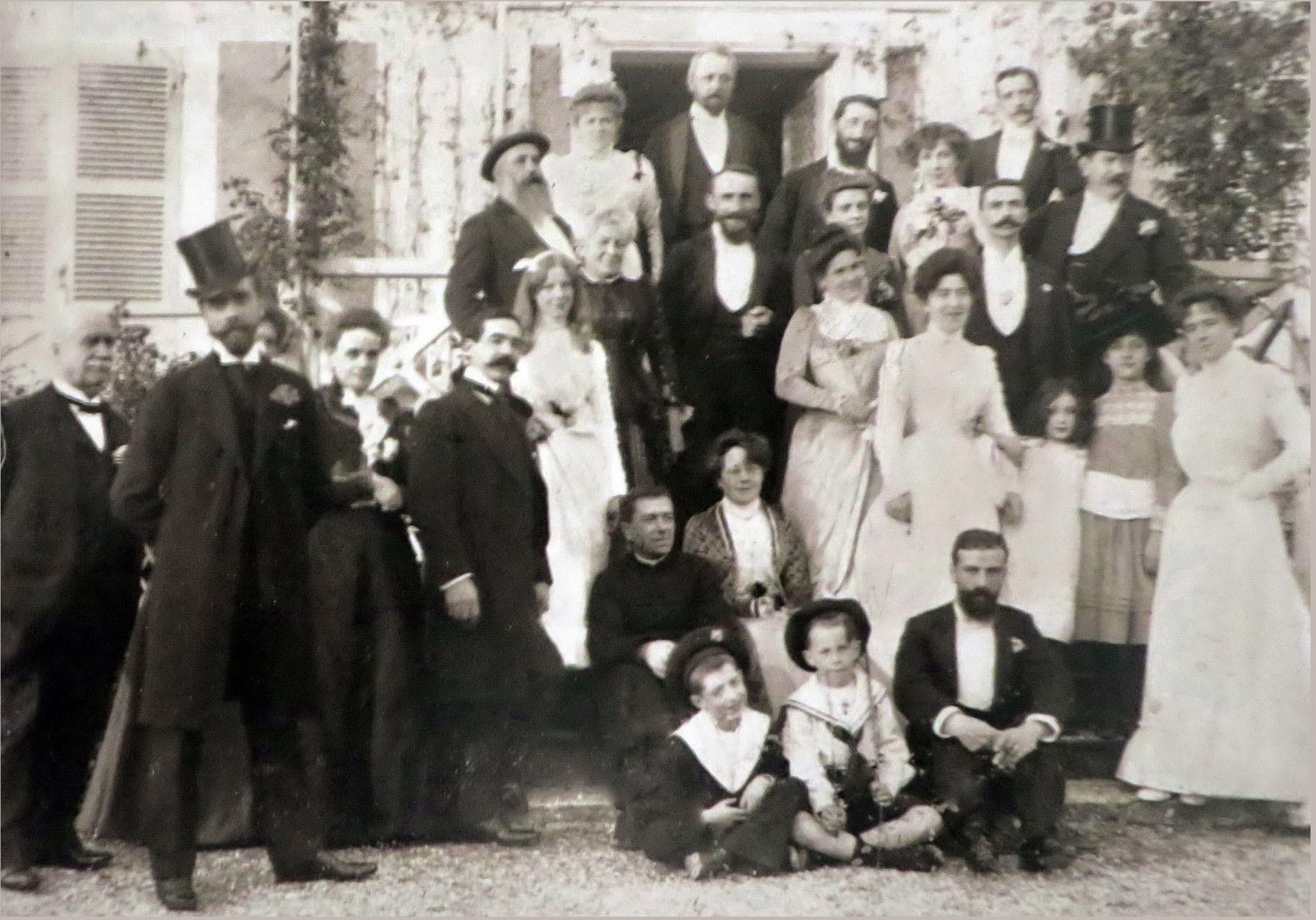 Giverny, 31. Oktober 1900: Die Familie Monet-Hoschedé feiert die Hochzeit zwischen Marthe Hoschedé und Théodore Butler. Claude Monet steht links auf der Treppe | Foto via Flickr