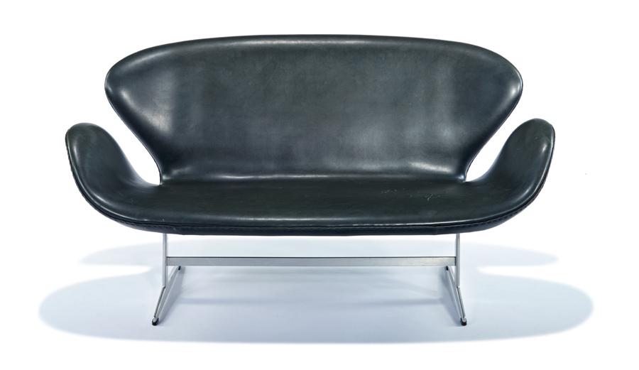 Arne Jacobsen. Svanen-soffa, 1963. Utropspris: 24 400 SEK. LA Modern.