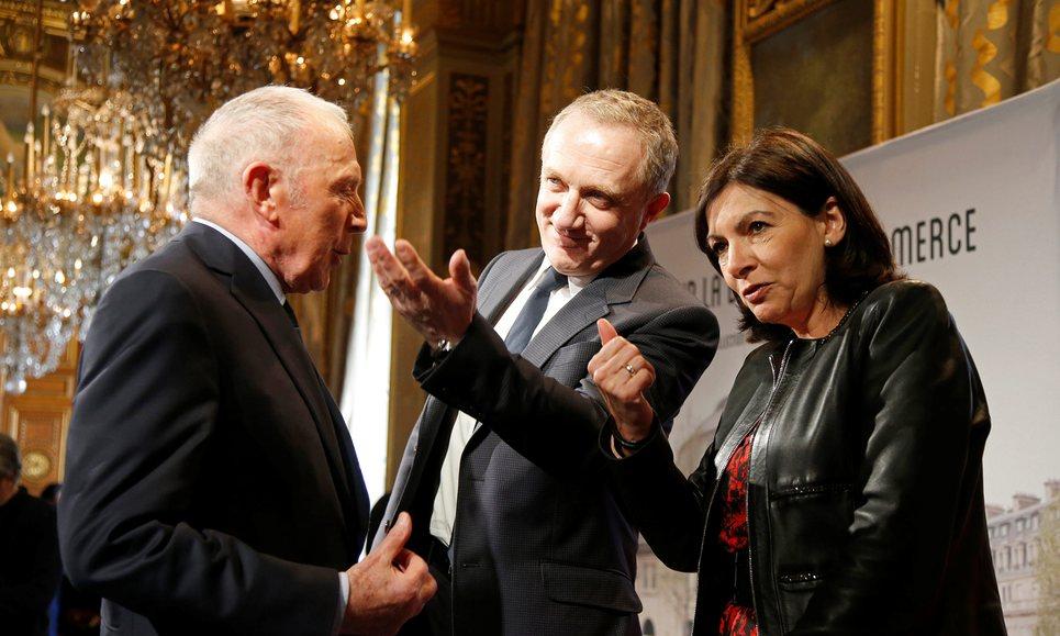 Francois Pinault, hans sov Francois-Henri Pinault och Paris borgmästare Anne Hidalgo som samtalar efter att de tillkännagivit det nya museumet. Foto: Charles Platiau/Reuters