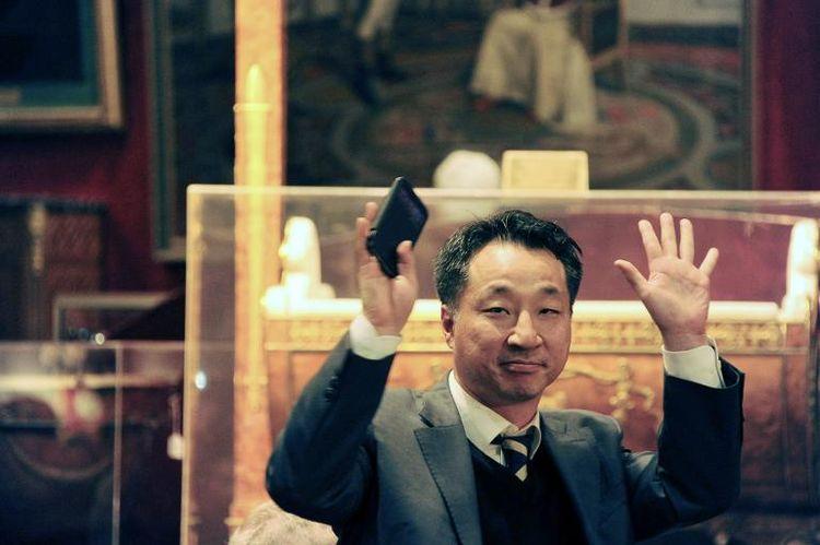 Kim Hong-kuk lors de la vente aux enchères, image ©Dominique Faget, AFP