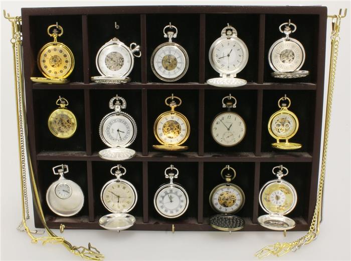 Taschenuhrensammlung 15 Stück. Handaufzugswerke, 13 funktionsfähig, Gehäuse vernickelt oder vergoldet, 8 Uhrenketten. Aufruf: 300 EUR
