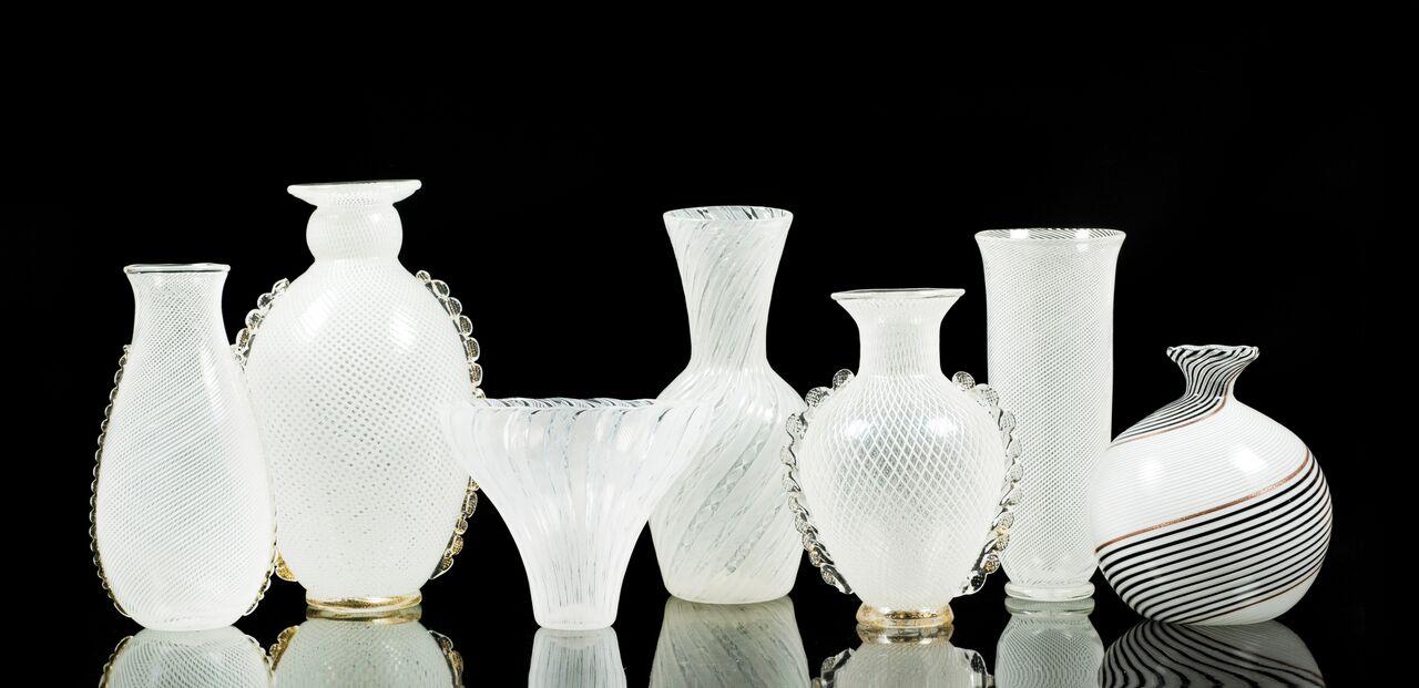 Filigrane weiße Glasvasen der 1940/50er Jahre aus der VETRERIA AURELIO TOSO, deren Schätzpreise bereits bei 150 Euro beginnen