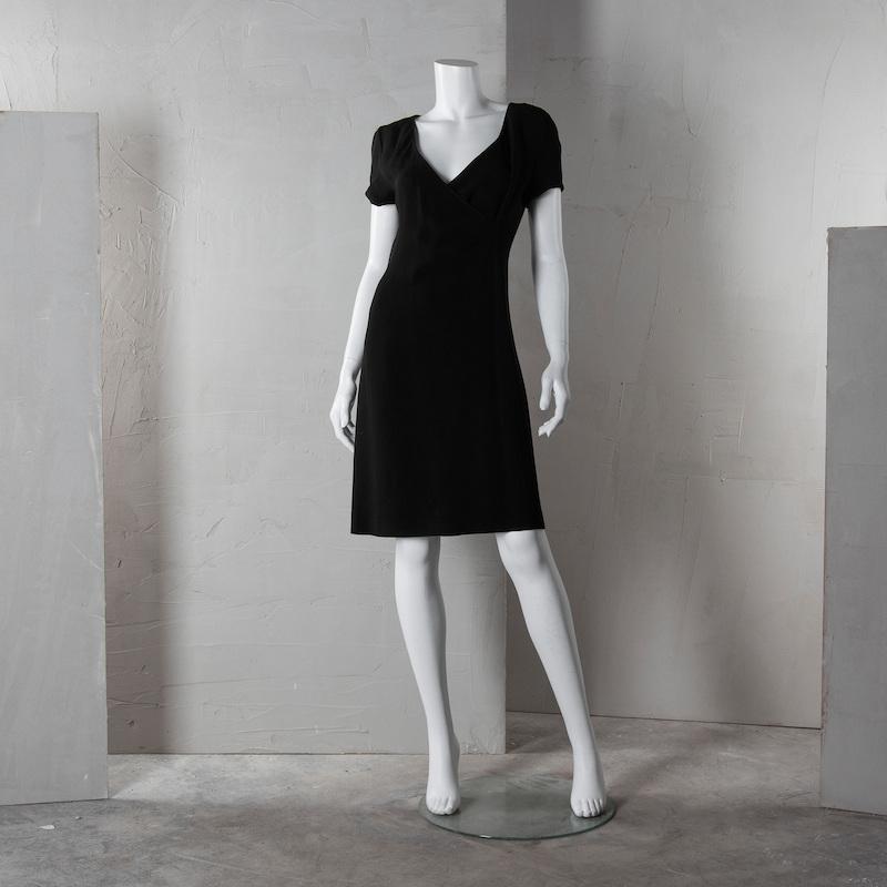 """Klänning. Emporio Armani, italiensk storlek 42. Fodrad klänning i svart viskosblandning. Märkt """"EMPORIO ARMANI made in Italy"""". På auktion hos Bukowskis Market den 18 mars."""
