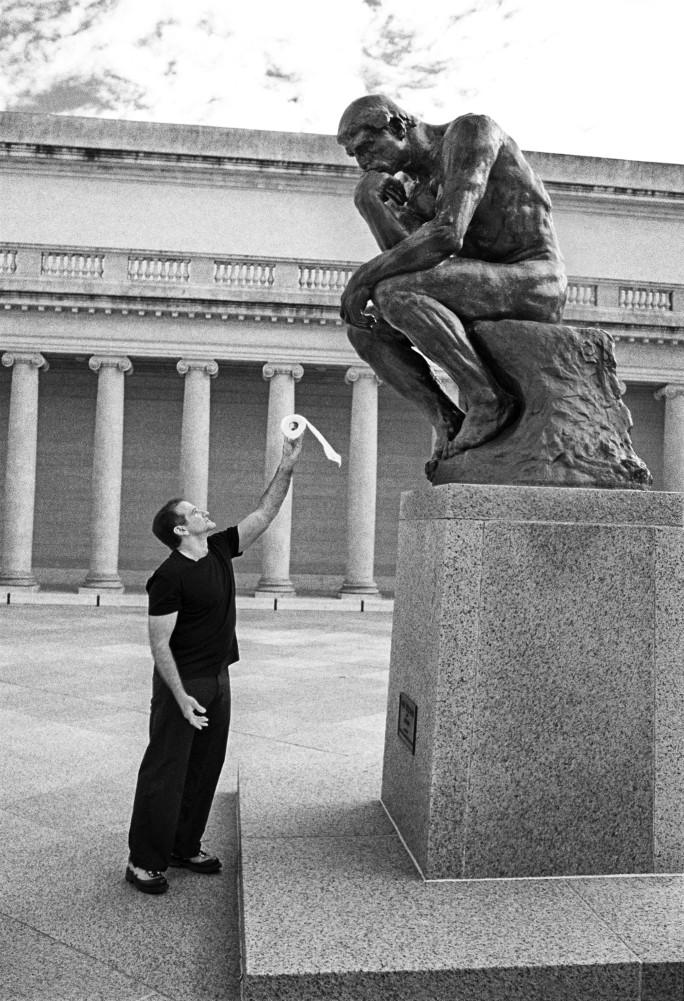 Robin Williams et « Le penseur » de Rodin, image via Sotheby's