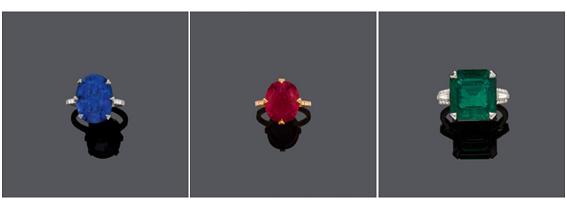 Från vänster, platinaring med oval Burmasafir (13,70 ct) och diamanter. Mitten; guldring med oval rubin i kraftig röd färg från Moçambique (10,47 ct) och diamanter. Till höger: Platinaring med en åttakantig Zambiasmaragd (10,37 ct) och 38 diamanter.