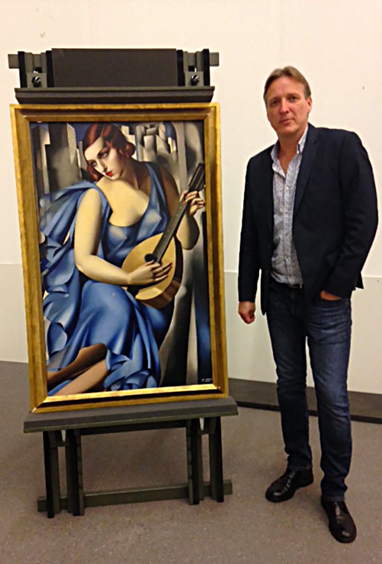 """Konstdetektiven Arthur Brand tillsammans med Tamara de Lempicks """"La Musicienne"""" från 1929."""