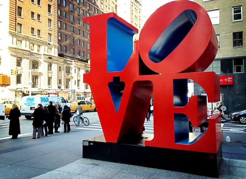 Une des nombreuses reproductions de « LOVE », image via Wikimedia Commons