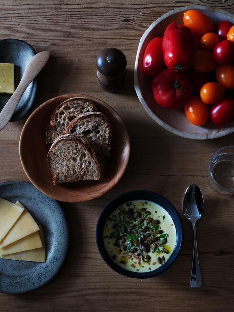 Frukost serveras vid ett gammalt svenskt bockbord från norra Sverige