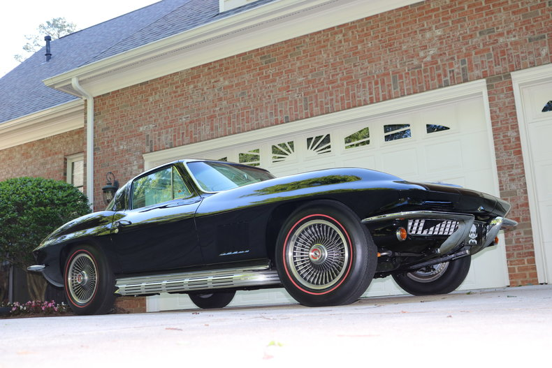 The Skunk, a black and white 67 Vette
