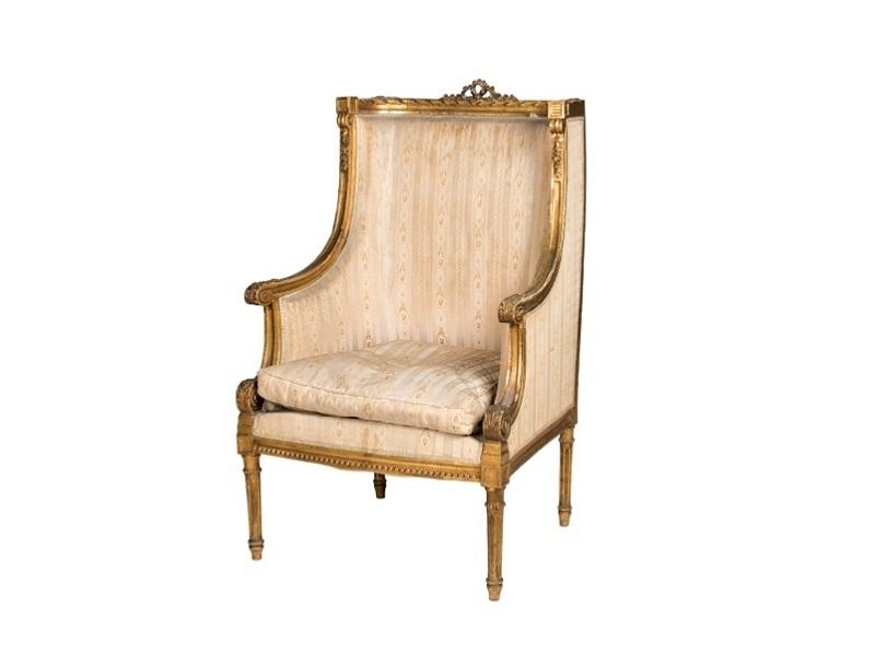 Butaca de madera dorada con tapicería de rayas estilo Luis XVI