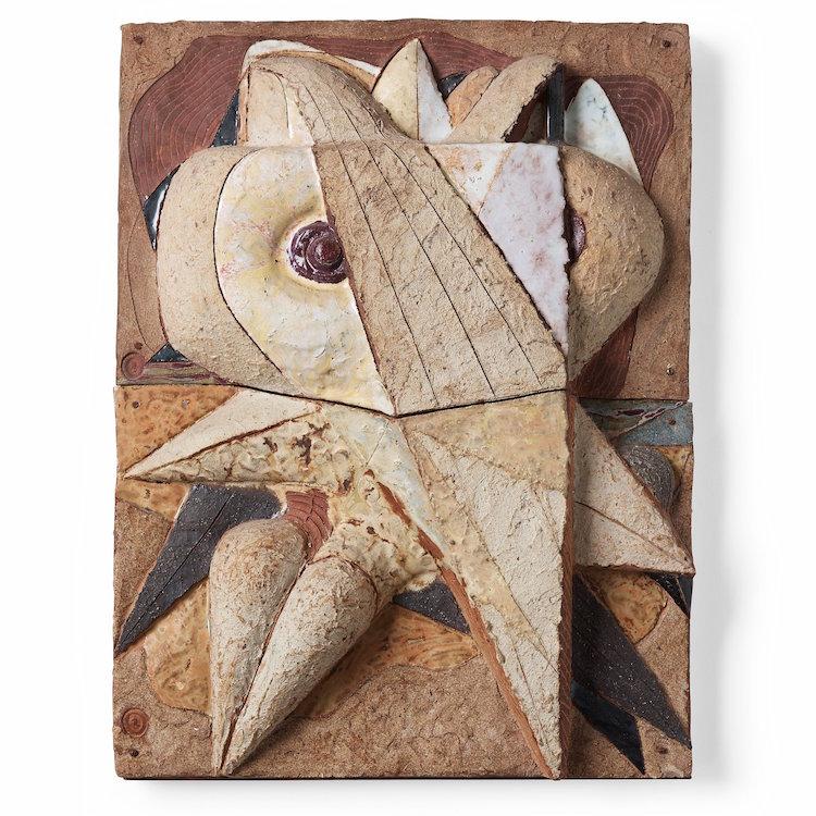"""Tyra Lundgrens abstrakta reliefserie med fåglar i chamotterat stengods från 1960-talet är suveräna. Den här heter """"Duvabstraktion"""" och ropas i 10-12 000 kronor."""