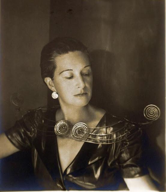 Imogen Cunningham portant un collier Calder, image via Pinterest