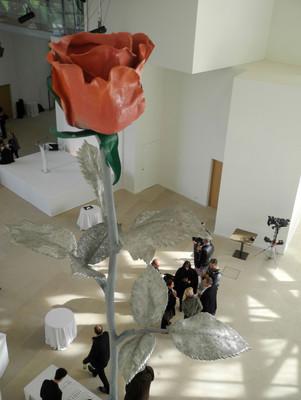 """""""Rose"""", une oeuvre d'Isa Genzken dans le hall de la Fondation Louis Vuitton © Photo Valérie Oddos / Culturebox / France Télévisions"""