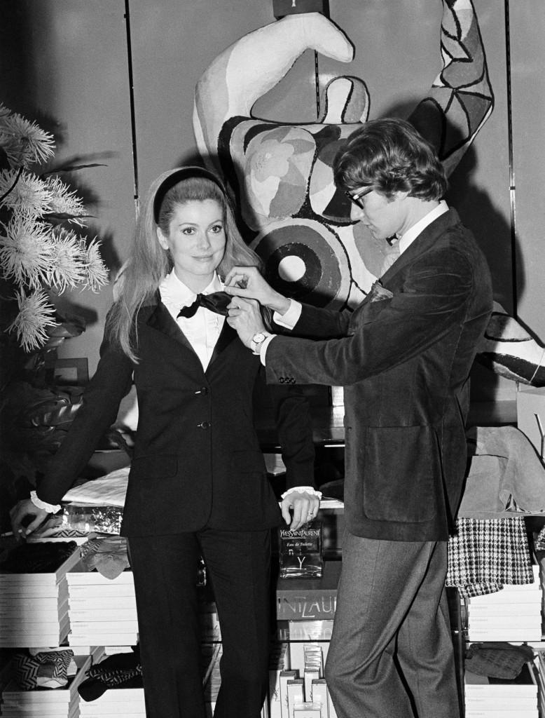 Catherine Deneuve indossa un completo di YSL, 1966