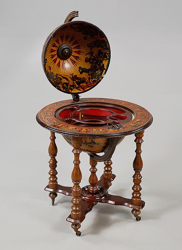 Tudelad glob med bakomliggande barinredning, 1900-talet. Diameter ca 73 cm, höjd ca 100 cm. Utropspris 1 500 SEK, Bukowskis market