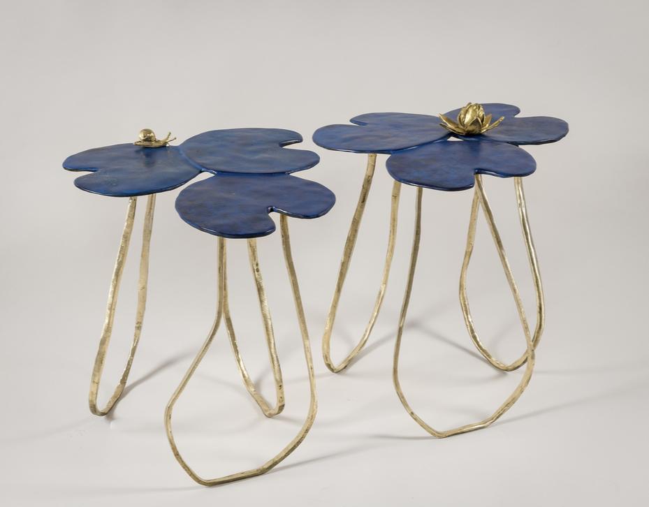 Paul Swinnen Nénuphars Paire de bouts de canapés  Plateau en bronze à patine lapiz lazuli  Piétement en bronze doré Pièce unique