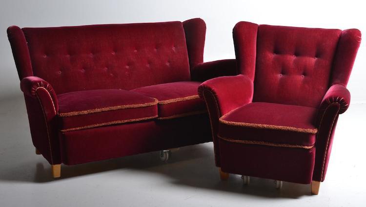SOFFMÖBEL. Dux, 1950-tal. KLädd i röd sammet. Fint bruksskick. Utropspris 800 SEK, Västerviks auktionsbyrå