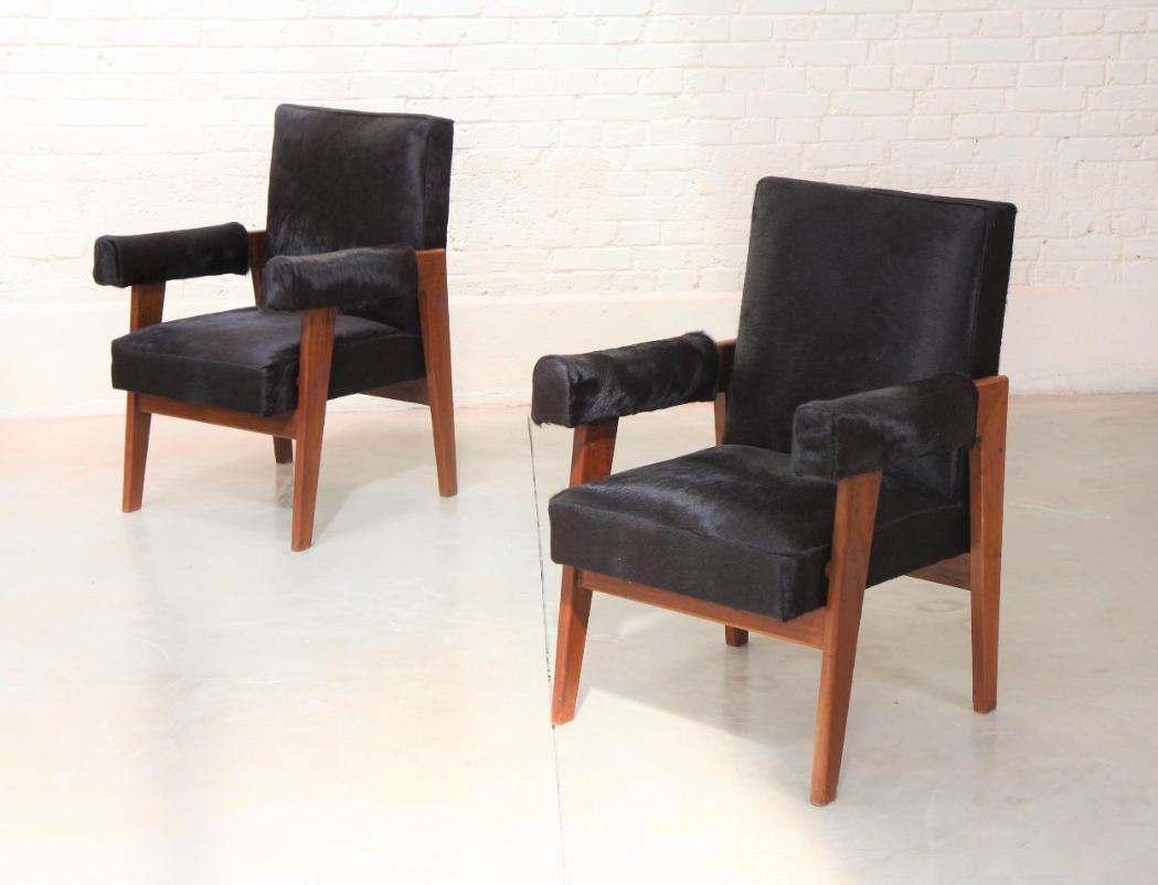 Deux fauteuils « avocats » par Pierre Jeanneret, image ©Lux-Auction