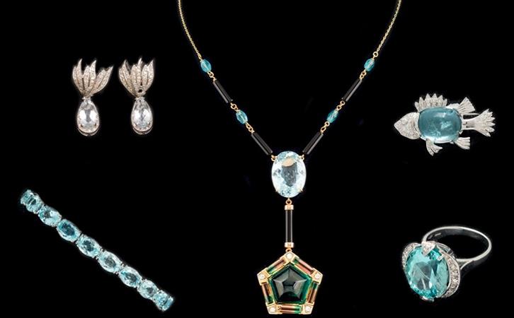 Links oben: WG-Ohrringe mit Aquamarinen und Diamanten Links unten: WG-Armband mit Aquamarinen und Diamanten Mitte: GG-Kette mit Aquamarinen, Onyx, Turmalin und Diamanten Rechts oben: WG-Brosche mit Aquamarin und Diamanten Rechts unten: WG-Ring mit Aquamarin und Diamanten