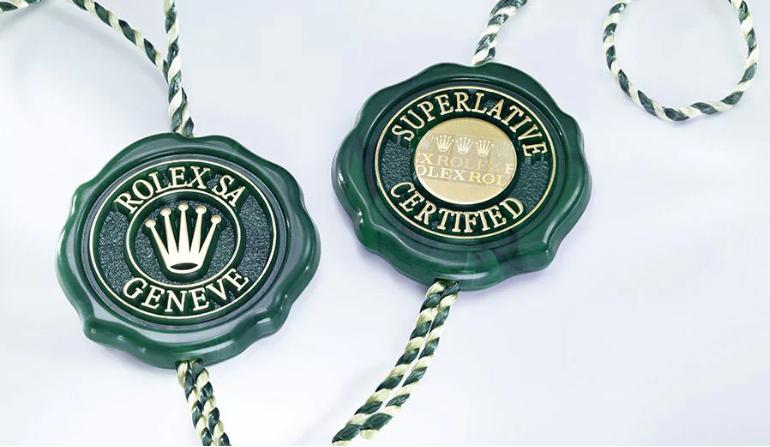 Le sceau vert accompagne chaque montre Rolex et symbolise son statut de Chronomètre Superlatif, qui atteste qu'elle a subi avec succès une série de contrôles finaux spécifiques menés par Rolex dans ses propres laboratoires et selon ses propres critères