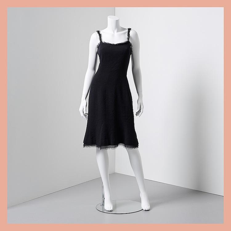 Chanel ligger bakom den här svarta klänningen i fodrad siden med smala axelband av sidenchiffong. Utropet är 4 000 kronor på Bukowskis Market