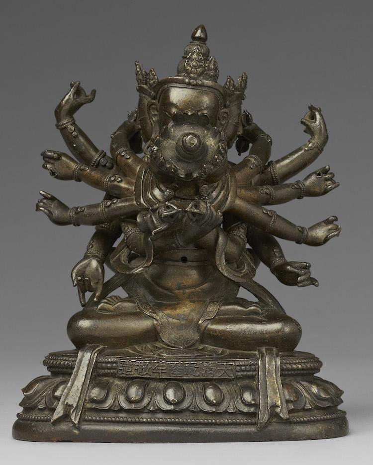 En tibetansk-kinesisk bronfigur föreställande Guhyasamaja och Sparsavajra. Utropet var 200-300 000 kronor men klubban föll först vid 740 000 kronor