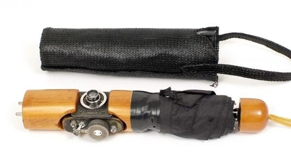 Fotoapparat in einem Regenschirm   Foto: ©Aston's