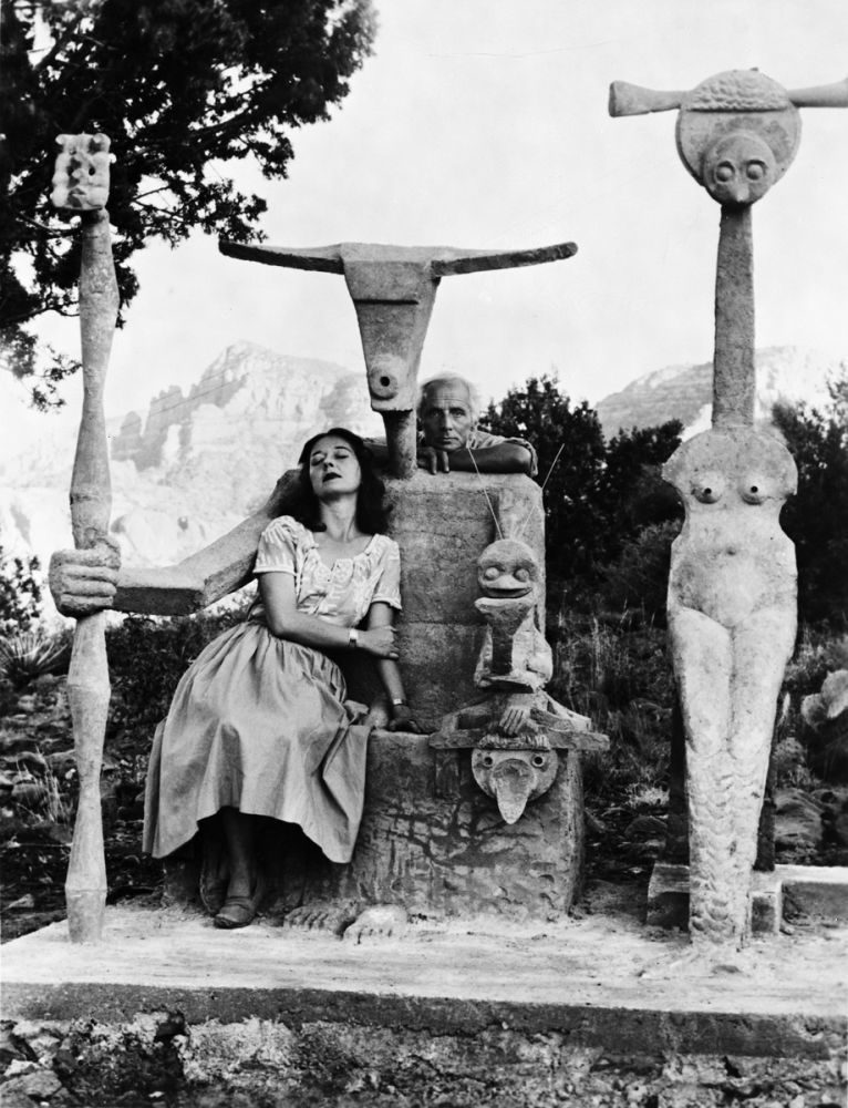 Dorothea Tanning et Max Ernst avec sa sculpture, Capricorne, 1947 / Photographie de John Kasnetsis / © John Kasnetsis