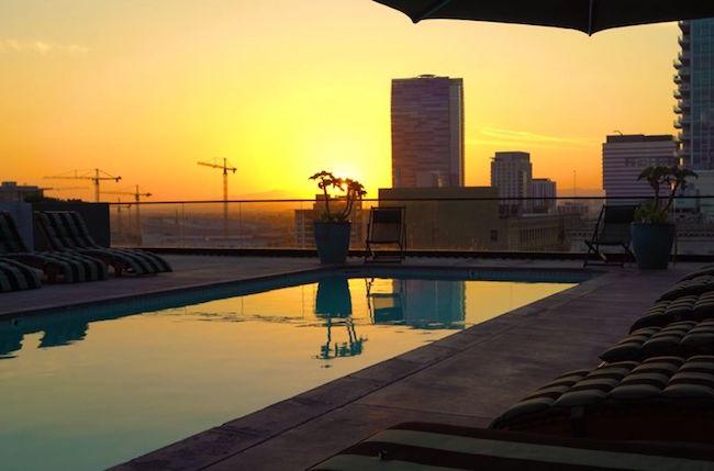 Poolen i solnedgången över Los Angeles. Kan det bli mer exklusivt?