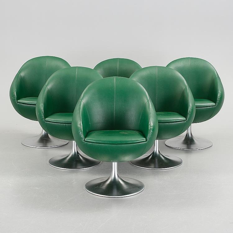 Sex stolar från Johansson Design och 1900-talets andra hälft.Den gröna klädseln är i . Utropet för alla sex är 3 000 kronor hos Bukowskis Market