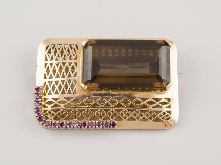 Broche de oro con decoraciones y un cuarzo ahumado en talla octogonal