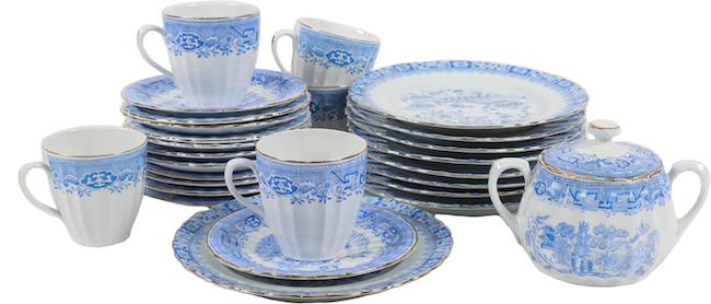 """Servisdelar. Fem kaffekoppar med fat, Rörstrand, """"Willow"""". Assietter från Blau China. Bålsta Auktionshall."""