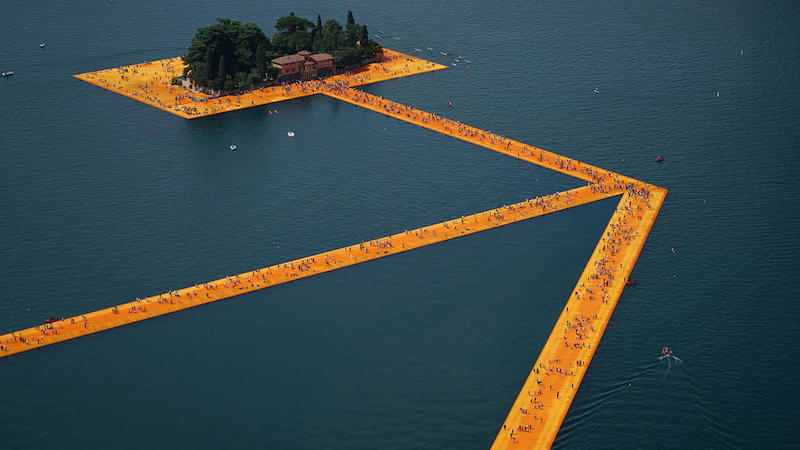 « Floating Piers », lac d'Iseo, 2014-16. Image : Wolfgang Volz, ©2016 Christo